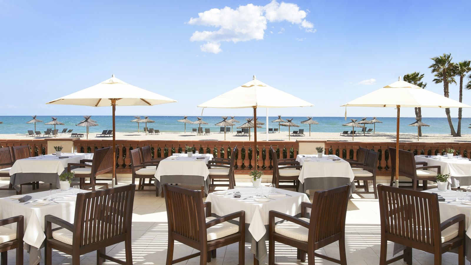 Restaurant with terrace overlooking the beach in El Vendrell